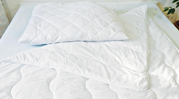 Fotka zľavy: Antialergický set - paplón a vankúš pre kvalitný spánok bez nepríjemnej spoločnosti roztočov len za 19,90€. Ľahký, príjemný a hrejivý materiál, z ktorého ráno nebudete chcieť vyliezť!