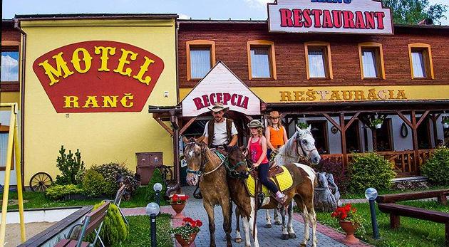 Fotka zľavy: Pravá slovenská dovolenka na Liptove s výbornou polpenziou a jazdou na koni v Moteli Ranč. Užite si 2 alebo 3 dni v kontakte s tichom a prírodou už od 36 €! Ideálne pre rodiny s deťmi.