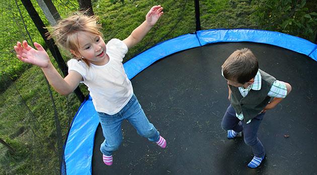 Fotka zľavy: Doprajte vašim deťom radosť z pohybu - kvalitná skákacia trampolína s priemerom 140 cm a ochrannou sieťou iba za 49,99 €. Vhodná do interiéru aj exteriéru.