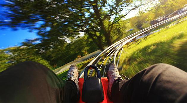 Fotka zľavy: Zažite adrenalín na najstrmšej letnej bobovej dráhe na Slovensku vo FUN PARK Žiarce v krásnom prostredí Demänovskej doliny - 4 jazdy len za 7,90 €. Skvelý tip na rodinný výlet!